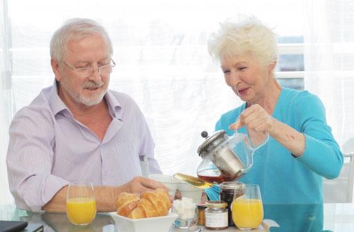 紅茶をいれながら軽食をとる老夫婦