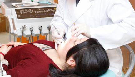 治療する歯科医師