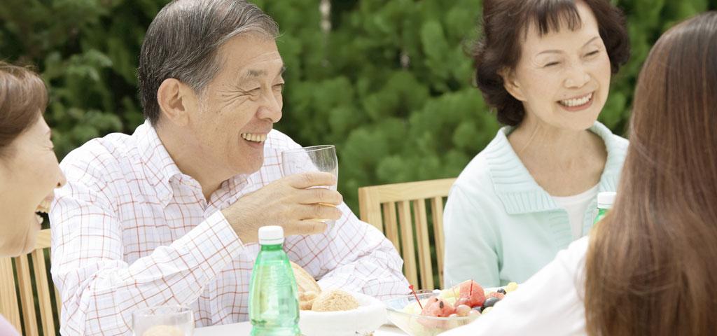 楽しそうに食事する老人