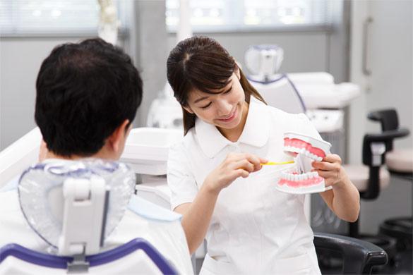 ブラッシングを教える歯科衛生士